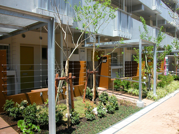 緑の環境の集合住宅2 モダンスタイルの 玄関&廊下&階段 の ユミラ建築設計室 モダン