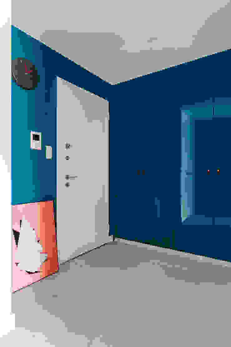 Scandinavian style corridor, hallway& stairs by Ayuko Studio Scandinavian