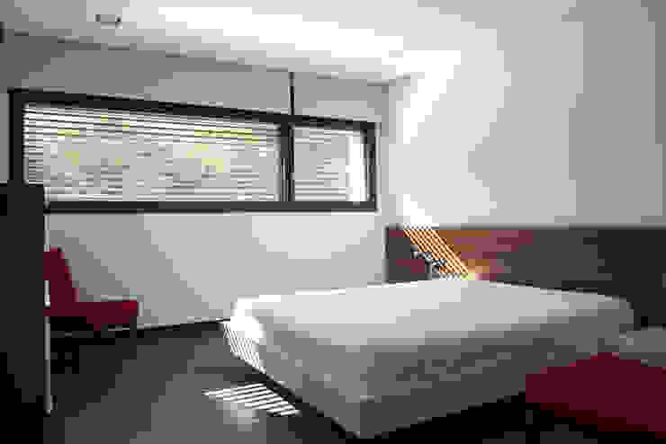 DO Alella House Dormitorios de estilo moderno de EAIM Estudio de Arquitectura e Ingenieria Mirtolini Moderno