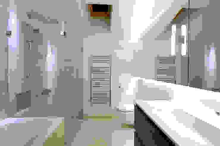 A bathroom at Bourne Lane House Modern bathroom by Nash Baker Architects Ltd Modern