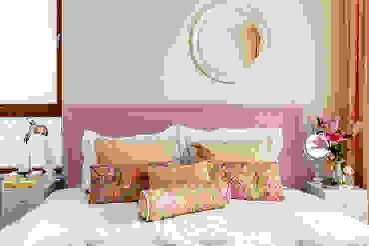 Camera da letto in stile classico di Ayuko Studio Classico