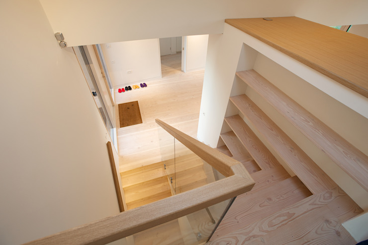 ​The Douglas Fir staircase and flooring in the hall at Bourne Lane House in Kent Modern corridor, hallway & stairs by Nash Baker Architects Ltd Modern Wood Wood effect