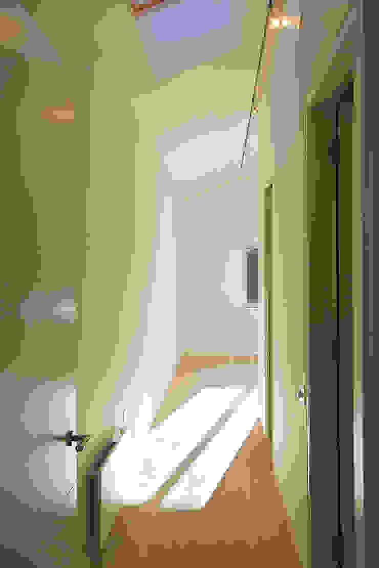 Corridor at Bourne Lane House in Kent. Modern corridor, hallway & stairs by Nash Baker Architects Ltd Modern