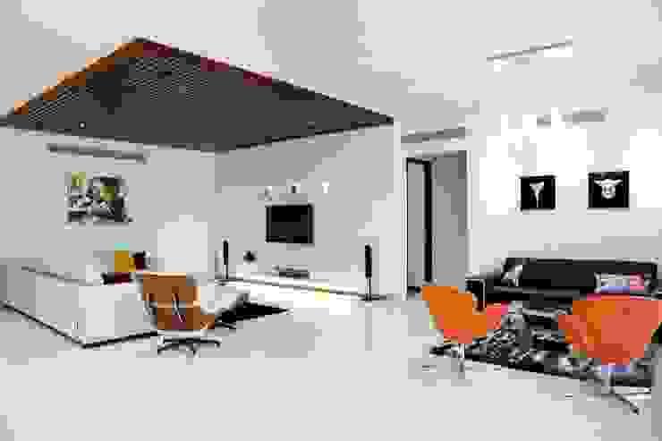 Mr.Reddy Residence Modern living room by Uber space Modern