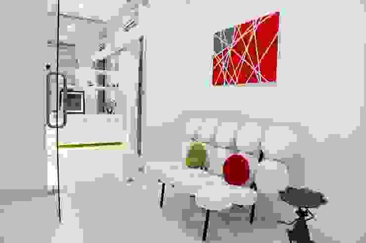 Mr.Reddy Residence Modern corridor, hallway & stairs by Uber space Modern