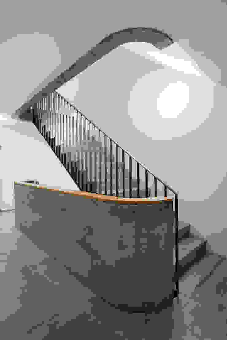 Giesser Architektur + Planung Modern corridor, hallway & stairs Concrete
