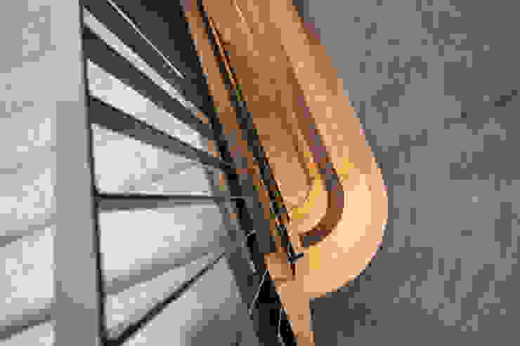 Giesser Architektur + Planung Modern corridor, hallway & stairs