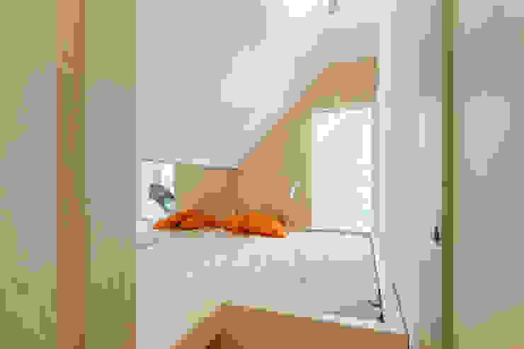 Phòng ngủ phong cách hiện đại bởi Bureau Fraai Hiện đại