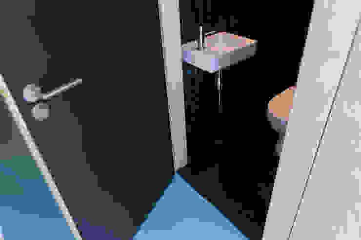 現代浴室設計點子、靈感&圖片 根據 Bureau Fraai 現代風