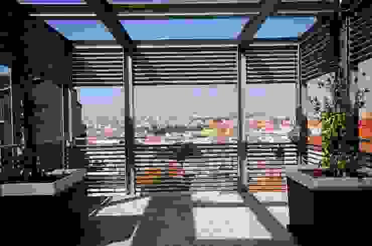Sobre a cidade Varandas, marquises e terraços modernos por armazem de arquitectura Moderno