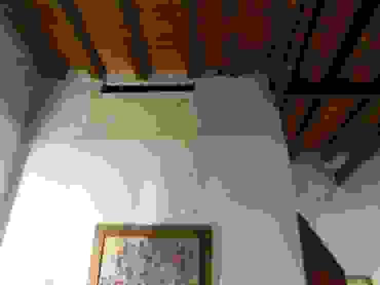 Salas de estilo moderno de Giovanni Lucentini piccolo studio di architettura di 7 mq. Moderno