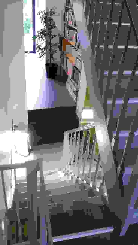Metaforma Architettura Pasillos, vestíbulos y escaleras de estilo moderno