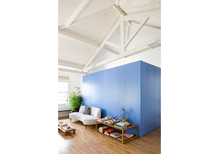 RSRG Arquitetos Minimalist living room Wood Blue