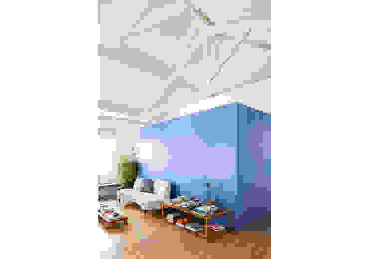 Ruang Keluarga Minimalis Oleh RSRG Arquitetos Minimalis Kayu Wood effect