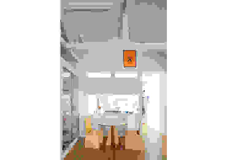 Apto. Joaquim Salas de jantar minimalistas por RSRG Arquitetos Minimalista Madeira Efeito de madeira