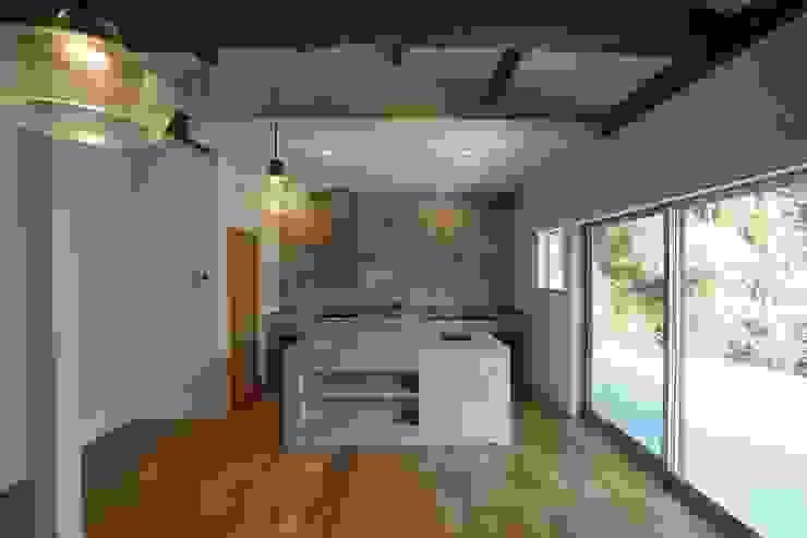 一級建築士事務所たかせao Eclectic style dining room Concrete Grey