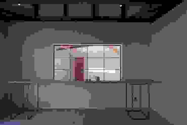 陶芸家と料理家のいえ(gallery SARAYAMA) 一級建築士事務所たかせao オリジナルな 窓&ドア コンクリート 白色