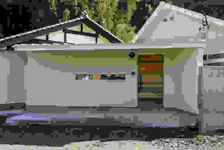 陶芸家と料理家のいえ(gallery SARAYAMA): 一級建築士事務所たかせaoが手掛けた家です。,オリジナル 木 木目調