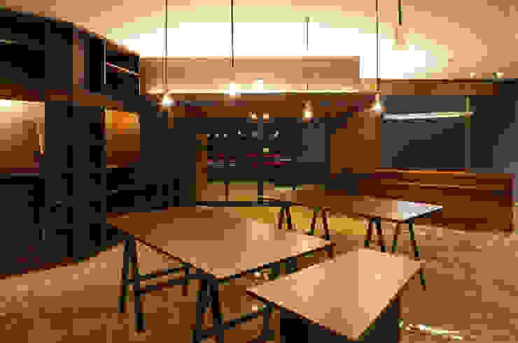 Oficinas de estilo moderno de 原口剛建築設計事務所 Moderno