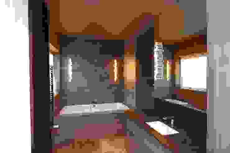 ciemno nie znaczy żle ….. livinghome wnętrza Katarzyna Sybilska Nowoczesna łazienka Kamień Brązowy