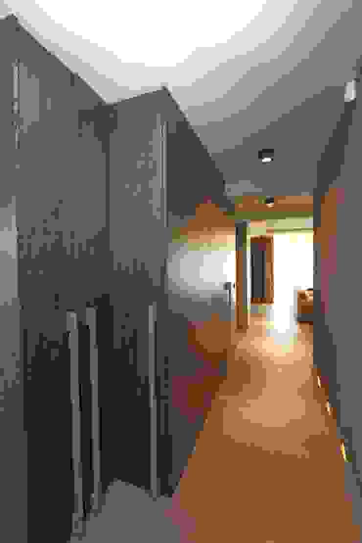 ascetyczny mrok Nowoczesny korytarz, przedpokój i schody od livinghome wnętrza Katarzyna Sybilska Nowoczesny