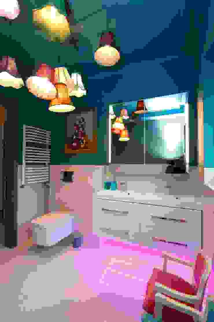Baños de estilo moderno de livinghome wnętrza Katarzyna Sybilska Moderno Piedra
