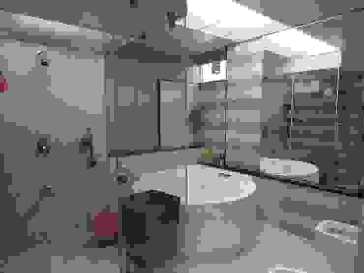 Amanora Modern bathroom by MAVERICK Architects Modern