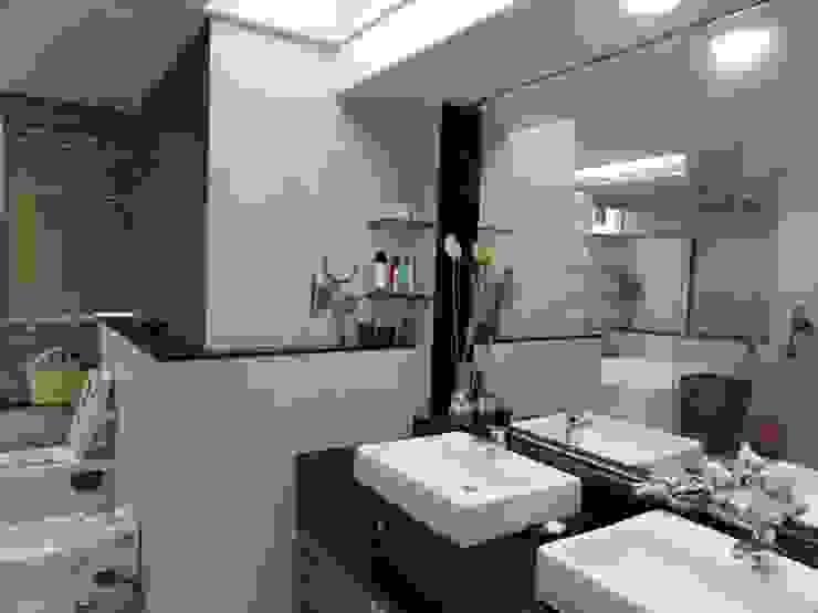 Banheiros modernos por MAVERICK Architects Moderno