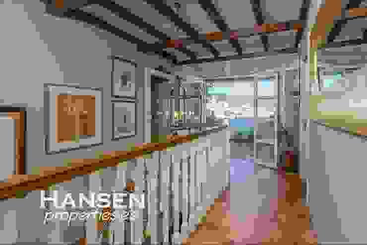 pasillo Pasillos, vestíbulos y escaleras de estilo clásico de HansenProperties Clásico