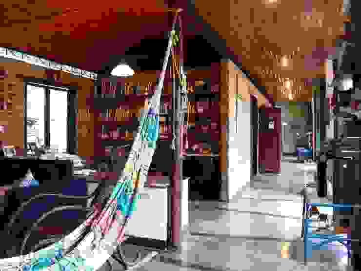 Vista del estudio y corredor que lleva a las habitaciones Salones de estilo clásico de YUSO Clásico