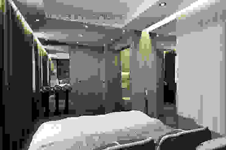 Szara sypialnia z jasnym drewnem Klasyczna sypialnia od Inventive Interiors Klasyczny Drewno O efekcie drewna