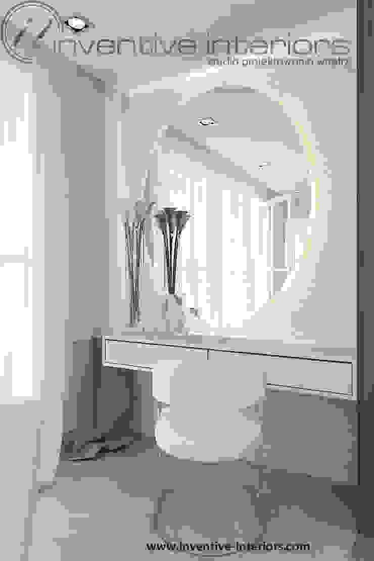 Toaletka z owalnym lustrem Nowoczesna sypialnia od Inventive Interiors Nowoczesny