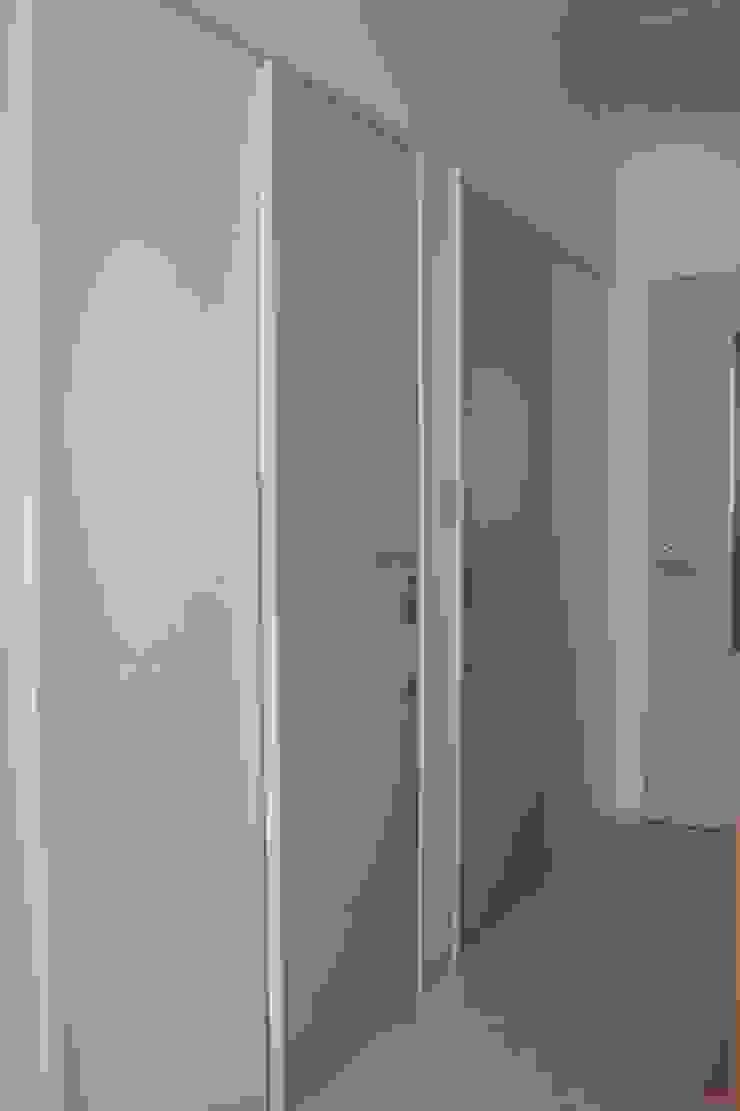 スタッフ扉と廊下 Staff door & Corridor 北欧スタイル 窓&ドア の ASut Design 北欧