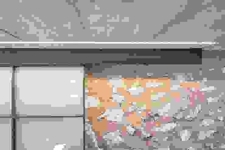 CAN VALLS Paredes y suelos de estilo rústico de munarq Rústico