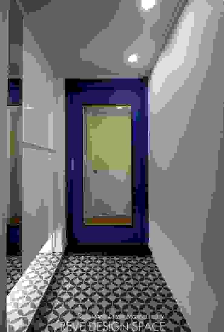 Modern corridor, hallway & stairs by 디자인스튜디오 레브 Modern