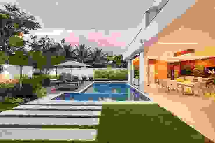Residência Quintas do Rio I Piscinas modernas por Carmen Mouro - Arquitetura de Exteriores e Paisagismo Moderno