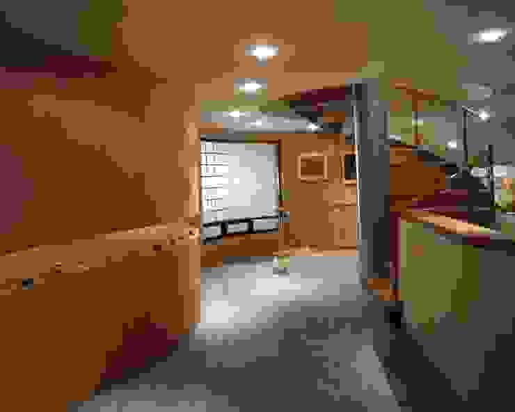 CASA LAURELES Pasillos, vestíbulos y escaleras modernos de Diseño Integral En Madera S.A de C.V. Moderno
