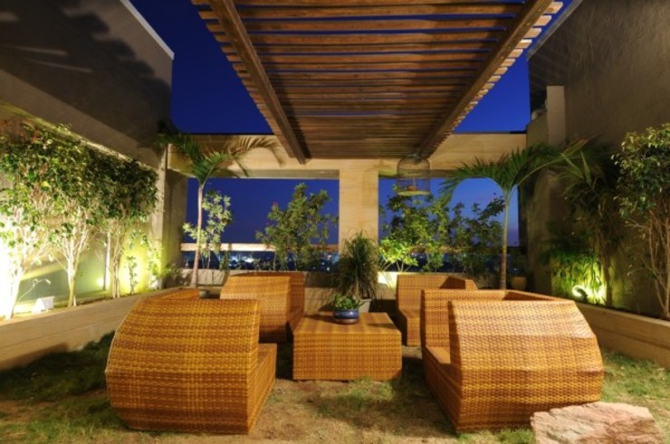 LIVING WITH NATURE Modern balcony, veranda & terrace by Archana Shah & Associates Modern