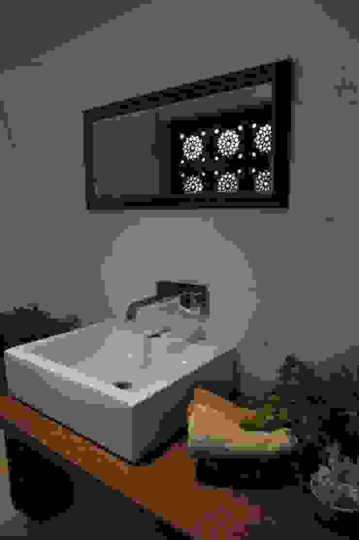 LIVING WITH NATURE Modern bathroom by Archana Shah & Associates Modern