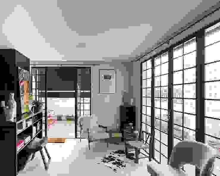 Living room by Kali Arquitetura