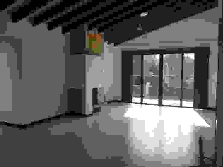 Casa Gualanday Salas modernas de Andrés Hincapíe Arquitectos A H A Moderno