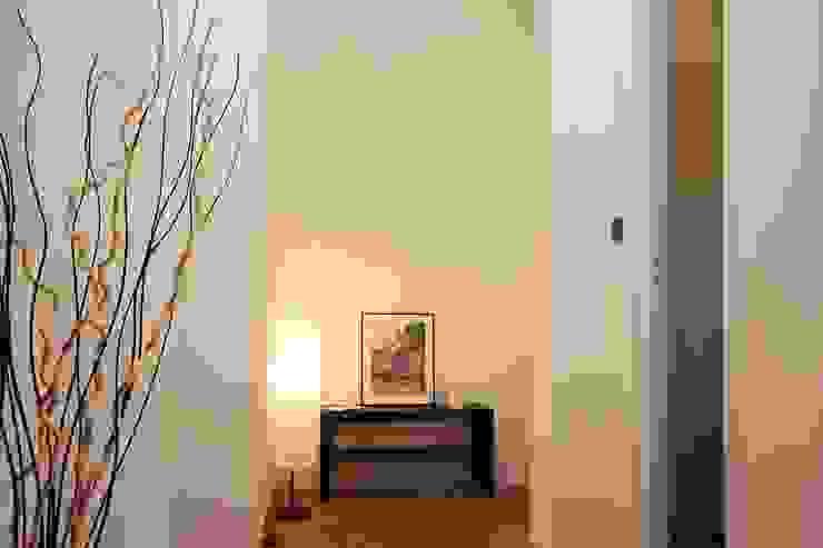 ATELEON Minimalist corridor, hallway & stairs