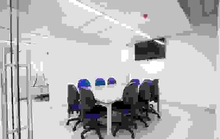 Salas de estar modernas por Qualittá Arquitectura Moderno Chipboard