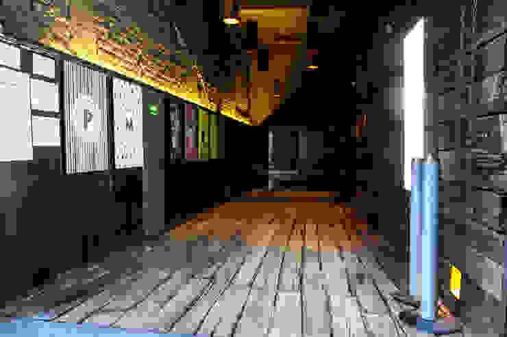 La Teatrería, tunel de acceso Barnabé Bustamante Ludlow Arquitectos Lugares para eventos Madera maciza Acabado en madera