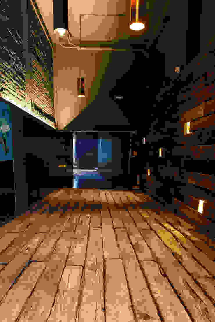 La Teatrería, acceso general Barnabé Bustamante Ludlow Arquitectos Lugares para eventos Madera maciza Acabado en madera