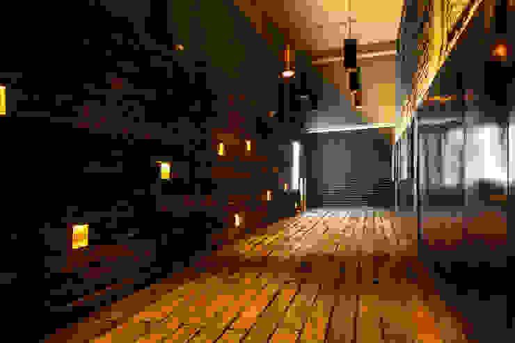 Acceso desde la calle de Tabasco Barnabé Bustamante Ludlow Arquitectos Lugares para eventos Madera maciza Acabado en madera