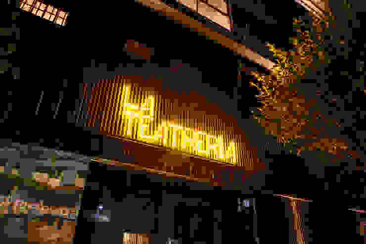 La Teatreria, desde la calle Barnabé Bustamante Ludlow Arquitectos Lugares para eventos Hierro/Acero Negro