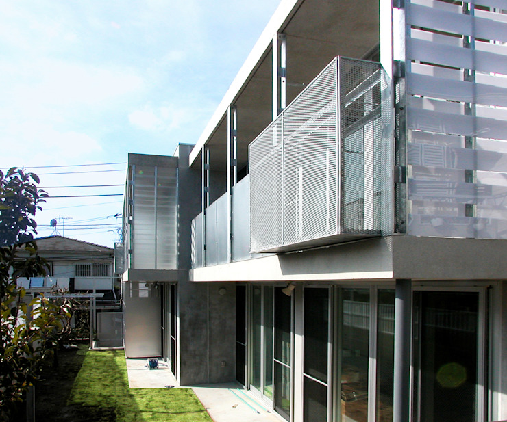 半透明の板塀で囲む住居 モダンな 家 の ユミラ建築設計室 モダン