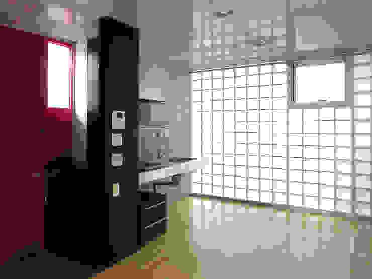 半透明の板塀で囲む住居 モダンな キッチン の ユミラ建築設計室 モダン