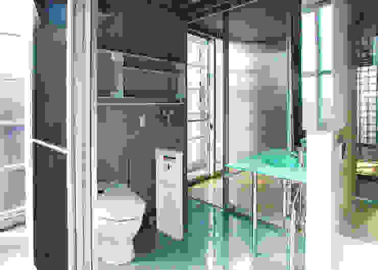 半透明の板塀で囲む住居 モダンスタイルの お風呂 の ユミラ建築設計室 モダン